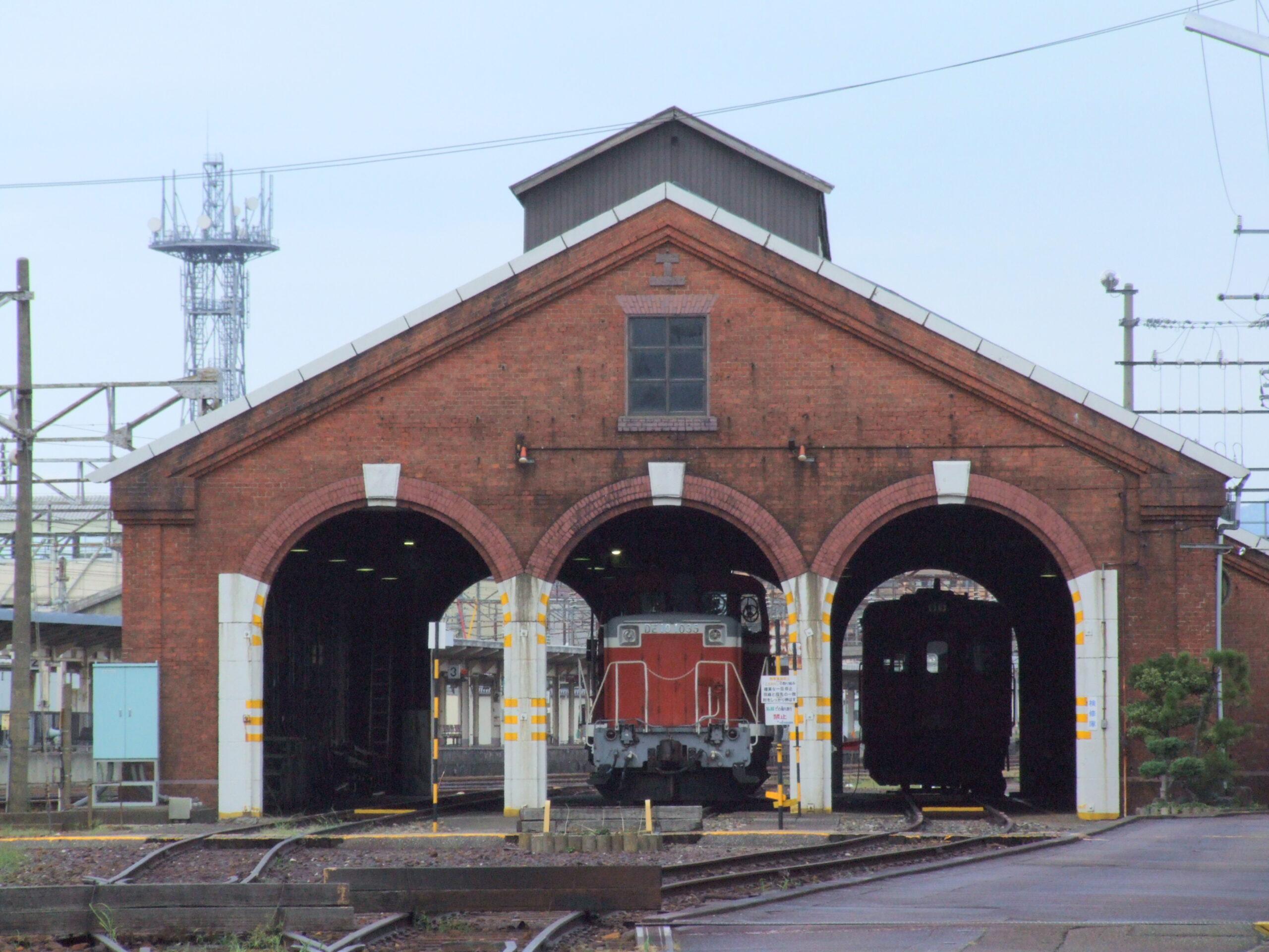北陸新幹線開通で解体されたレンガ車庫、かろうじて残った「顔」