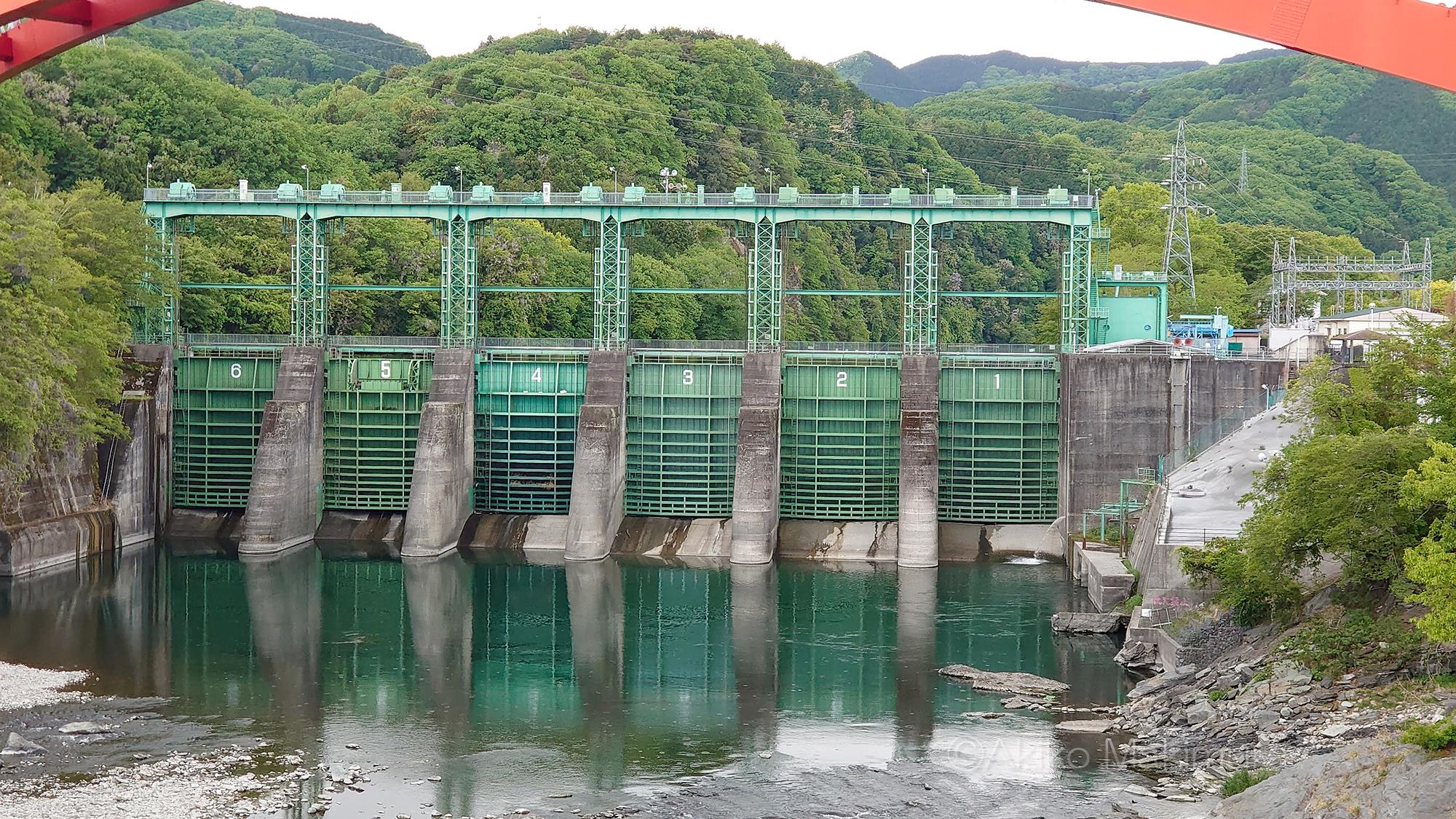 サンダーバードの秘密基地? 緑のゲートが凛々しい玉淀ダム