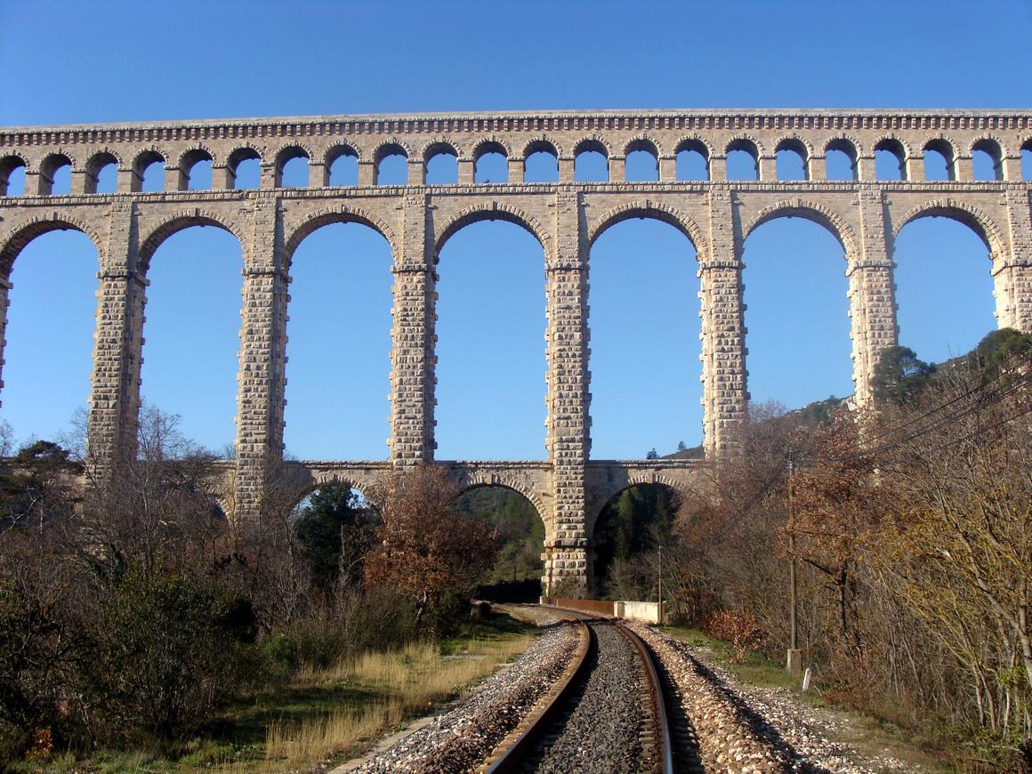 世界遺産にも認定 圧倒的なスケール感で迫る海外の水路橋